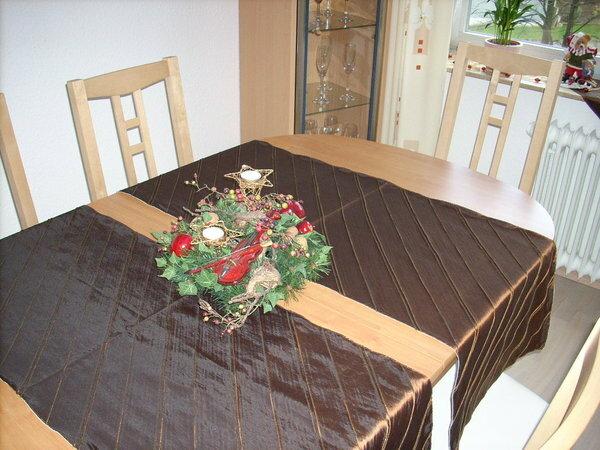 Tischläufer aus Taft (braun mit Goldakzenten) mit diagonallaufenden Biesen