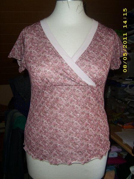 T-Shirt von Onion Gr.42 Der Blumen-Jersey ist bis auf die Flügelärmelchen komplett mit dem rosa Jersey unterlegt,da er komplett durchsichtig ist.