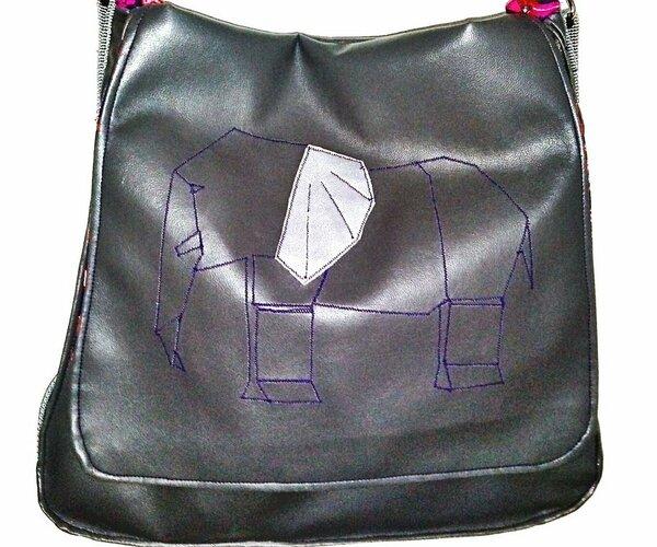 Bube Messenger (Taschenspieler Cd), verkleinert auf 75%.  Die Klappe wird dezent von einem Origamielefanten (FaltFreunde ebook Farbenmix) geziert. Aus Alloway Kunstleder