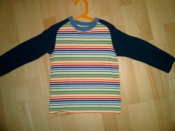 Raglan Langarmshirt aus Jersey mit gestreiftem  Rumpf und dunkelblauen Armen.