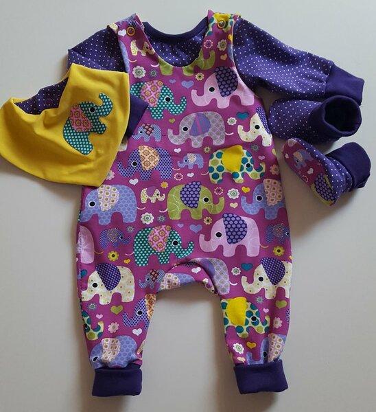 Babyset aus Strampler, Shirt, Lätzchen und Schuhen Gr. 56