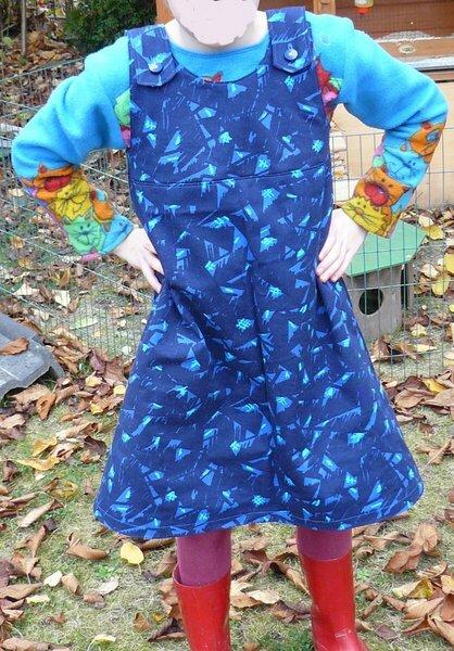 Töchterchens neue Kleider!  Die Kleine hat scheinbar noch nicht genug Kleider und ich durfte einen Schnitt Probenähen. Etwas abgewandelt kam dann diese Kleid heraus.