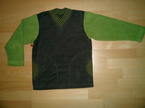 Pulli aus kuscheligem Baumwollfleece (grün und braun) mit grün-braun gestreiften Tascheneinsätzen und einem überlappenden hohen V-Ausschnitt, ebenfalls grün-braun gestreift.