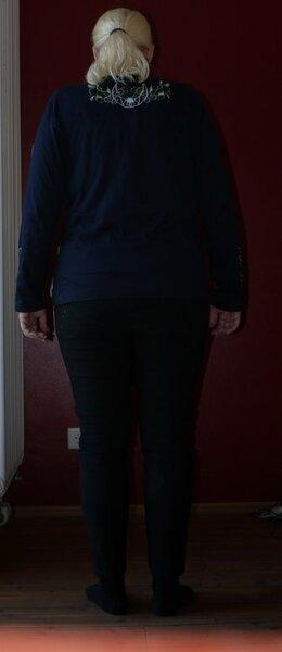 Rückansicht mit Polster nochmal das 1. Shirt nach dem Ottobre Creativ Set, mit improvisierten Schulterpolstern, linke Schulter dünn, rechte Schulter dicker.