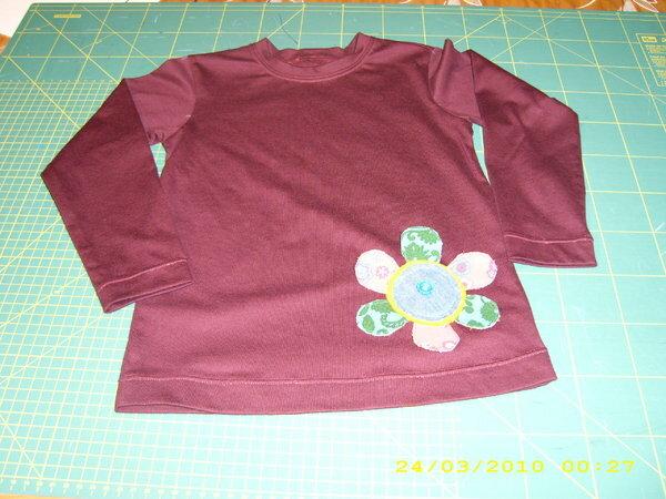 Shirt 110 Mit applizierter plastischer Blume, hinten mit besticktem Namenszug