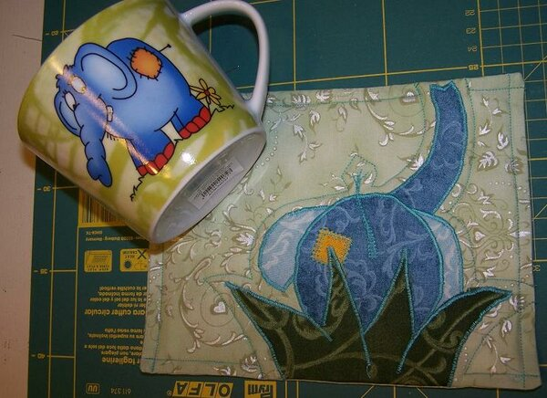 """MugRug mit passender Tasse besser: Die Tasse ist gekauft und der MugRug danach """"designt"""" worden..."""