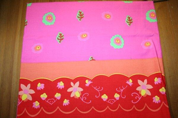 7. Baumwolle pink mit Blumen, beidseitige Rote Bordüre - 1,50m x 1,40m da, davon würde ich gerne ein kleines Stück behalten