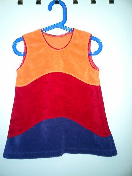 Kleid aus Sommerfrotte in Größe 92. Orange, rot, lila in Wellen.