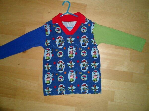 Jersey Langarmshirt aus süßem Piratensoff, mit einem blauem und einem grünen Ärmel und einem roten Kragen.
