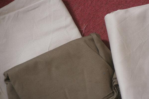 Vorhangstoffstücke, wie das bereits vermessene beige Stück sehr fest, nicht gewaschen, olivgrün und beige