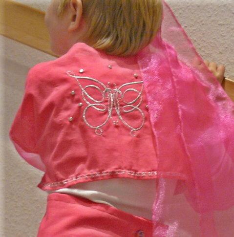 Natürlich braucht eine Orient-Prinzessin viel Glitzer, daher habe ich viel gestickt und mit Glitzernieten verziert.