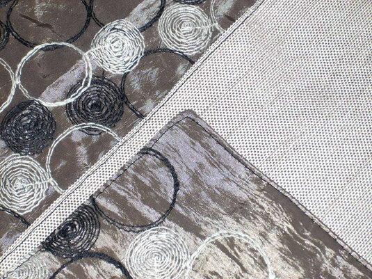 Detail Vorder- und Rückseite. Läufer von innenseite mit 4 Faden Sicherheitsnaht zusammengenäht und dann von Außen die Kante mit dem Schmalkantenfuß, Nadelstellung links 2,5mm und Stichlänge 4,0mm rundherum mit schwarzem Garn abgesteppt.