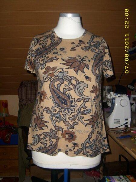 Schnitt Lea von Mamu-Design Mit kurzen Ärmeln und Jerseyeinfassung am Hals.  Der Ausschnitt ist 1,5cm höher gelegt.