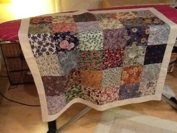 eine endlich fertiggestellte Tischdecke aus Rest von früheren Arbeiten