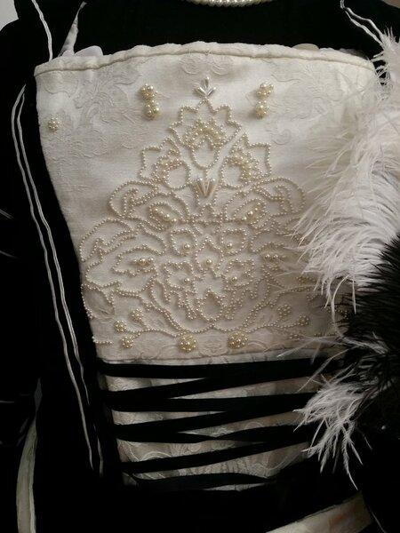 Das Muster vom cremefarbenen Stoff war so schön, dass ich es mit ca. 2000 Perlen nachgestickt habe.