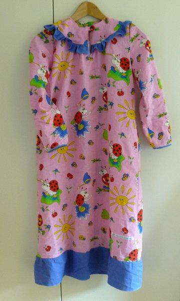 Die Kleine wünschte sich ein gaaaaaanz langes Nachthemd. Tja, dann ist der Wunsch doch ein Befehl, oder? ;)