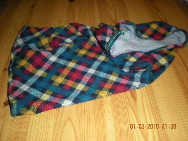 Ich habe ein BigShirt aus der aktuellen Burda genäht und weil ich den Stoff so toll fand, habe ich aus dem Rest noch fix ein Funktionstuch genäht... Kennt Ihr die aus dem Sportbedarf?