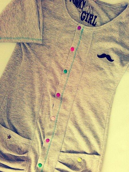 Upcycling Projekt: Shirt in der Mitte durchgeschnitten, Knopfleiste genäht und mit Kamsnaps bestückt. Ärmel abgeschnitten und gesäumt. Taddaa...ach ja und noch schnell ein Veloursschnurrbart dauf :)