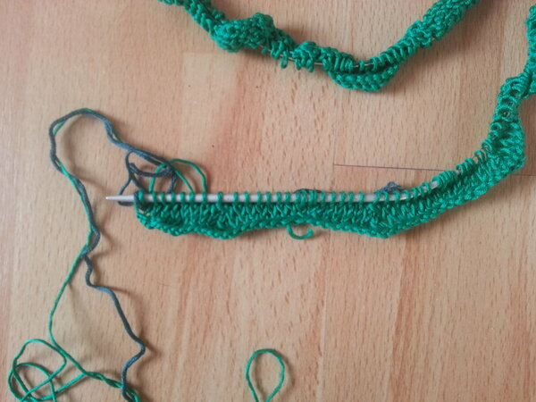 Das Saumbündchen wird in Hin- und Rückreihen in einem Zackenmuster gestrickt
