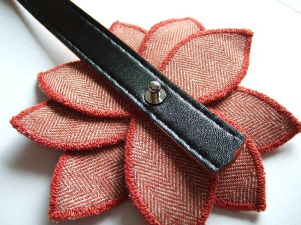 Gürtel nach Wunsch ablängen. Ende lochen mit dem gleichen Lochdurchmesser, wie die Motive. Gürtel auf die Schraube fädeln und Knopfniete aufschrauben. Vor dem Festziehen der Schraube die Motive gefällig ausrichten.