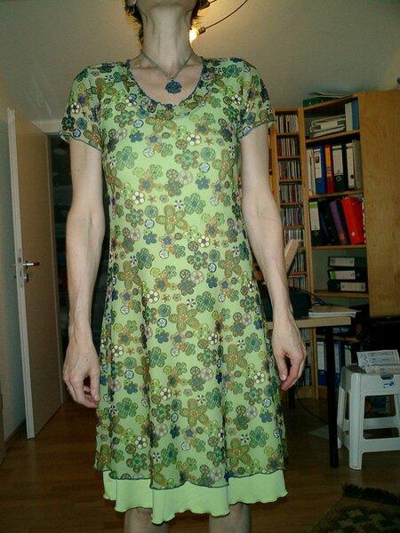 Kleid aus Netztüll und Unterkleid aus Viskosejersey