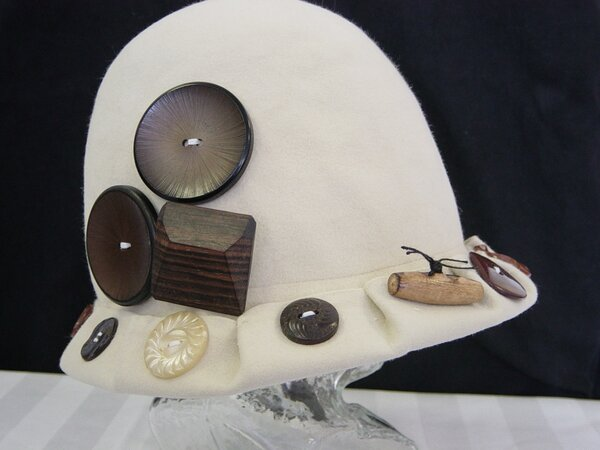 Mayser-Hut liiert mit Knöpfen (1)
