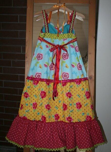 Einschulungskleid nach Knippie Frühling/Sommer 2010 Modell 9a (hinten)
