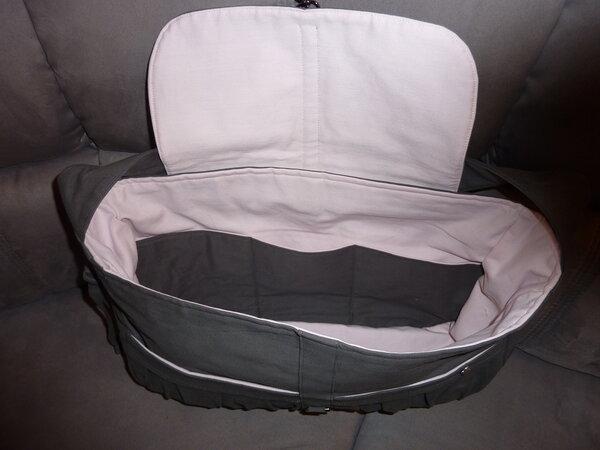 Tasche mit Überschlag und Karabiner;