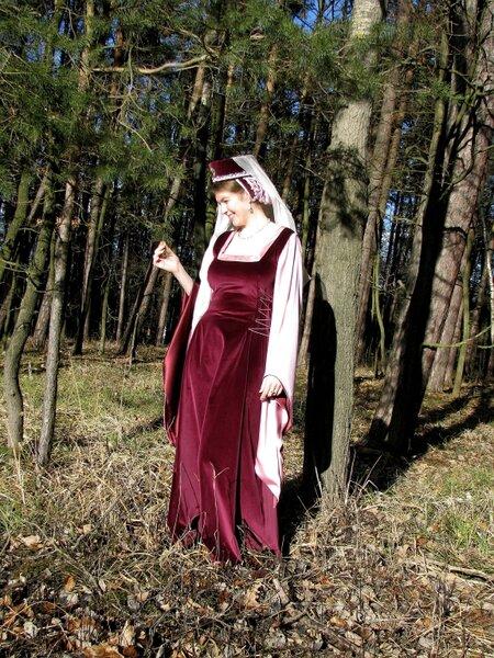 Samtkleid im Stil der Hochgotik