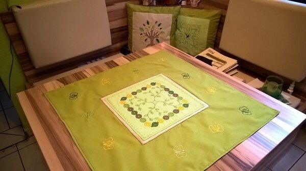 Frühlingshafte Tischdecke mit Stickerei