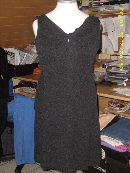 Kleid mit gedrehtem Ausschnitt