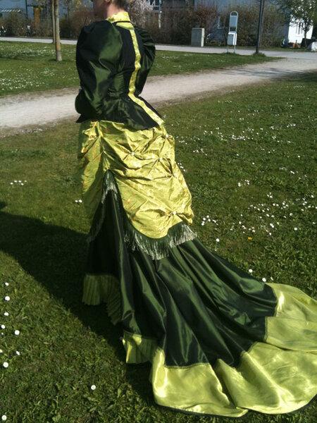 Eine grüne Tournüre