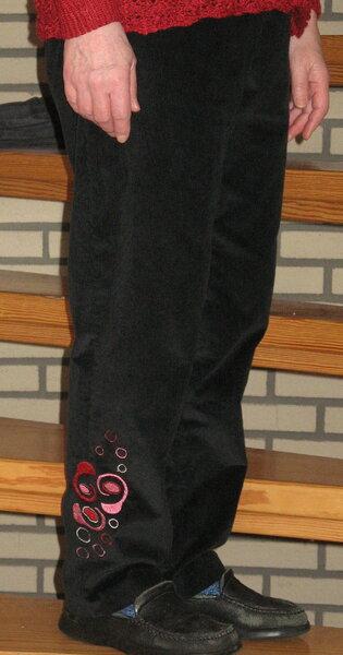 Schwarze Hose mit Stickerei