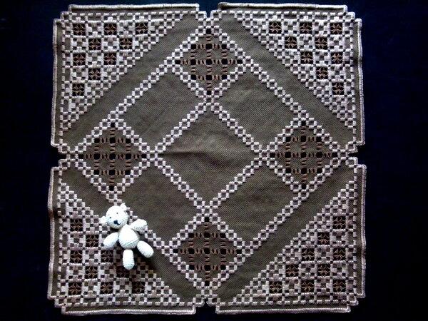 braun gestickte Decke mit dunkelbrauner Füllung ganz  41 mal 41