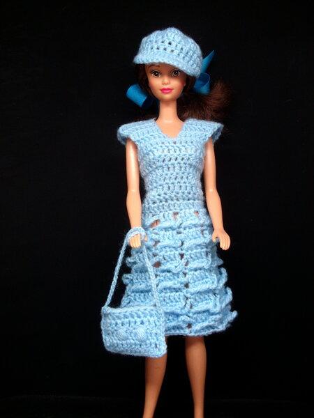 blau gehäkeltes Kleid mit Schirmmütze und Tasche