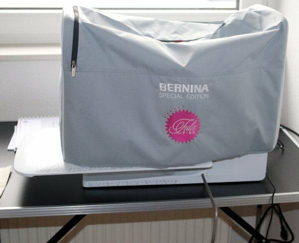 Nähmaschine unter Staubschutzhaube