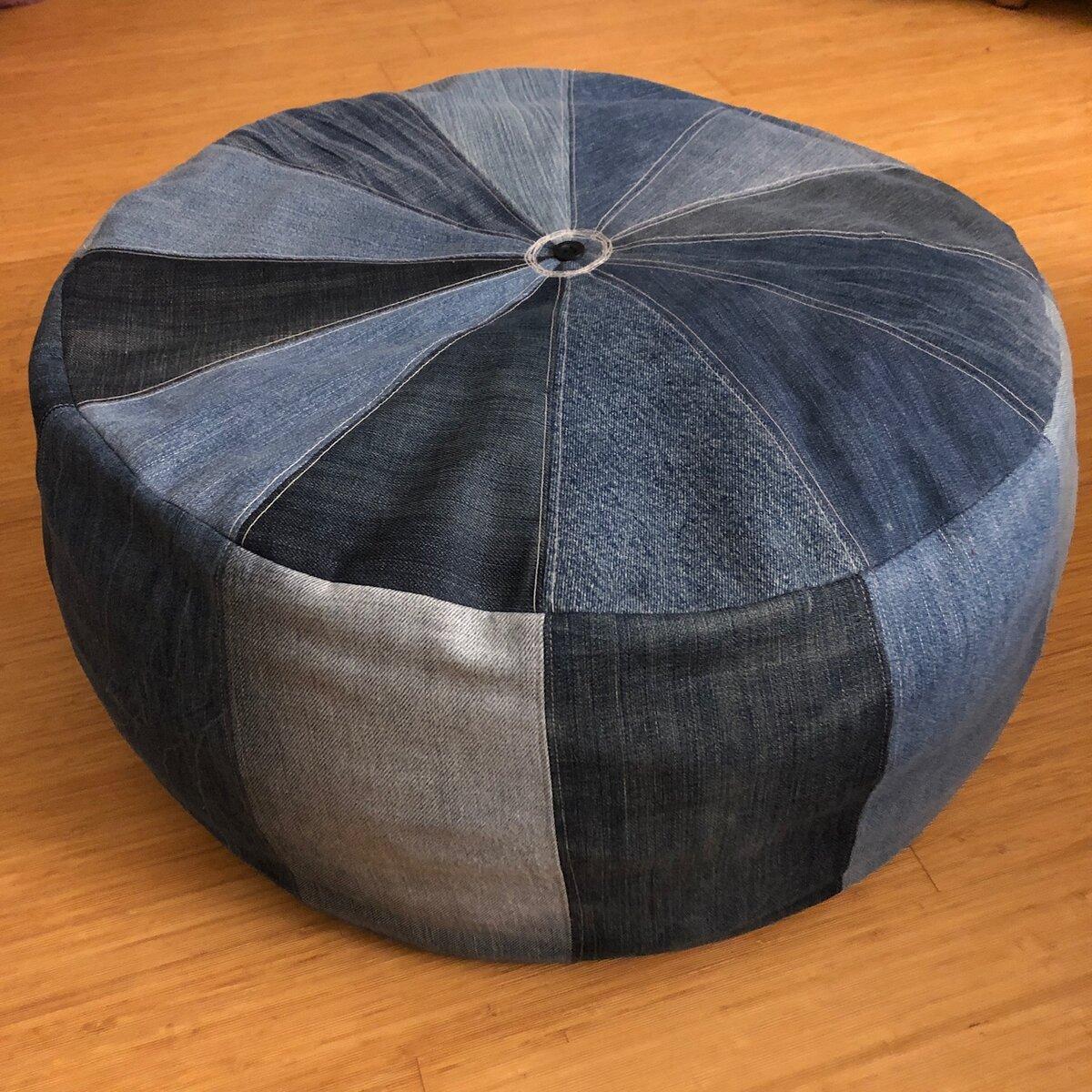 Pouf aus ausrangierten Jeans, mit Stoffresten gefüllt