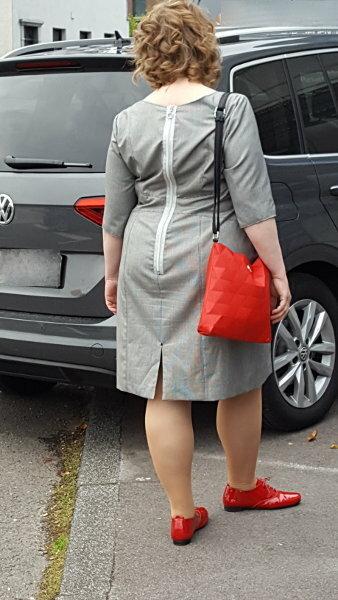 Kurviges Karokleid von hinten: Vogue V8972